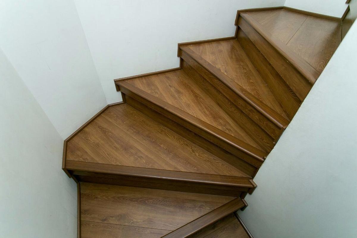 Renovacion de escalera con piso flotante en for Pisos para escaleras