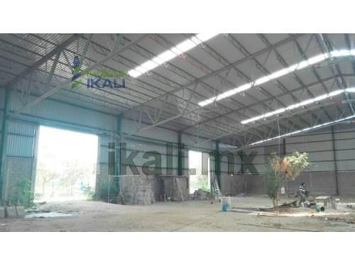 renta de bodegas con nave industrial de 1800 m² zona industrial altamira tamaulipas, la bodega cuenta con una altura de 12 m. en su área central con una caída en dos aguas que desciende hasta 7 m. en