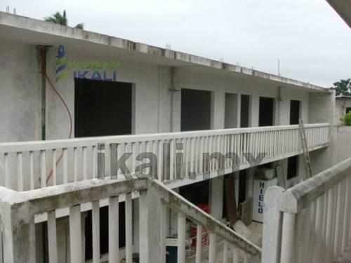 renta de edificio en tuxpan veracruz col. ruiz cortines edificio comercial y departamental, en esquina, incluye una oficina con 2 despachos y 1 baño, un local comercial de 6.3 x 5.3 m², un área ampli