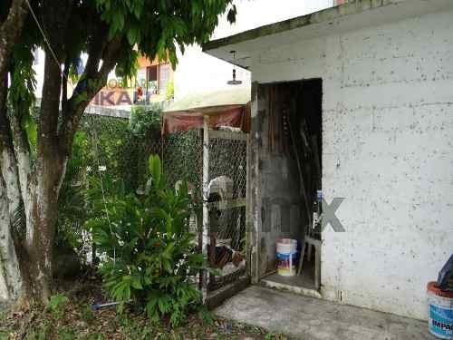 renta de viviendas en tuxpan veracruz amueblada 3 recamaras col. del valle. se encuentra ubicada en la calle abasolo #8 en la colonia del valle, casa de 2 pisos con hermosa fachada color blanco con t