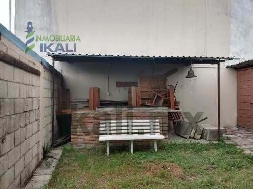 renta local comercial 35 m² col. ruiz cortinez tuxpan veracruz. ubicado en la calle francisco murguía. el local cuenta con una estancia al aire libre, en la parte de atrás cuenta con un asador de lad