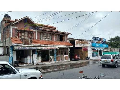 renta locales comerciales y oficinas centro de tuxpan veracruz 1115 m², se encuentra ubicado en la zona centro, en la planta baja cuenta con dos locales comerciales, 4.5 baños, en la planta alta cuen
