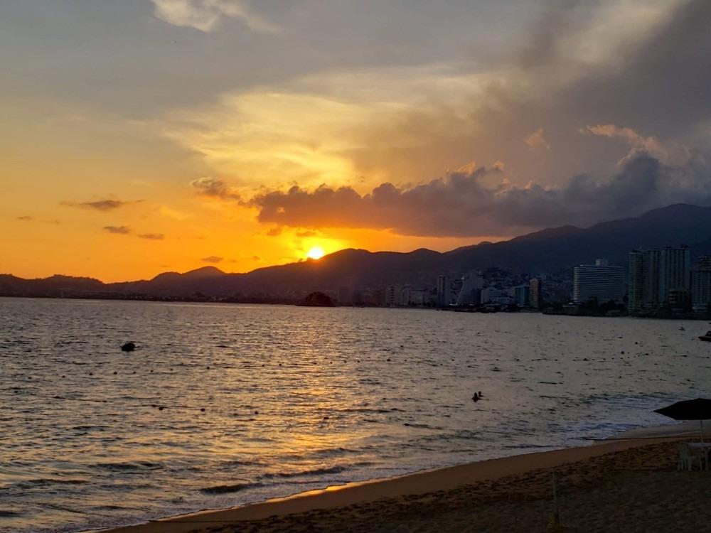 rento comodo departamento sobre playa con vista al mar