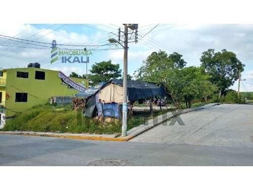 rento terreno en esquina 400 m² colonia centro tepetzintla veracruz, se encuentra ubicado a 2 cuadras de la iglesia en la calle independencia esquina con calle ursulo galvan, cuenta con 400 m² son 19