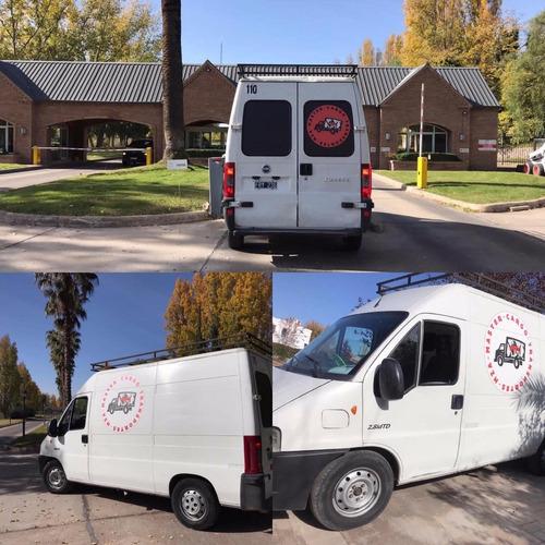 reparto de productos a domicilio en vehículo utilitario