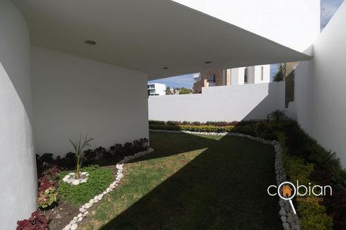 residencia con alberca y jardín residencial en la calera