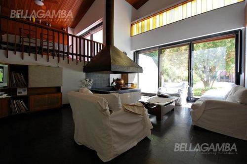 residencia de 7 ambientes con cochera para 4 autos, jardín, piscina, quincho