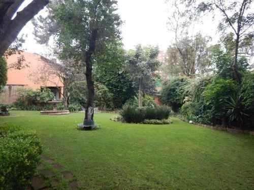 residencia de dos niveles y hermoso jardín (pedregal)