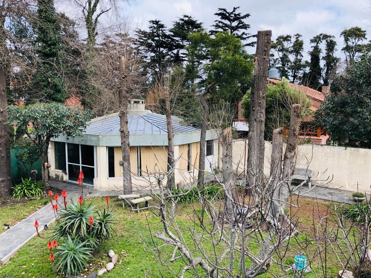 residencia ubicada en pinos de anchorena.