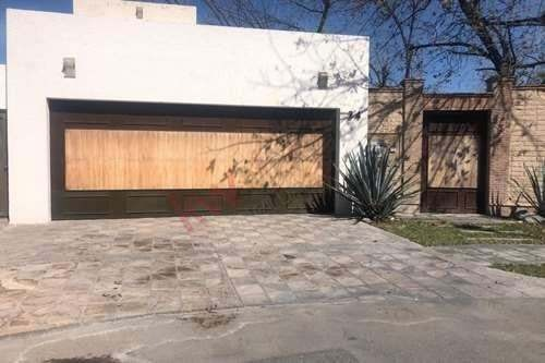 residencial en venta en las trojes con amplio jardín, lista para disfrutar