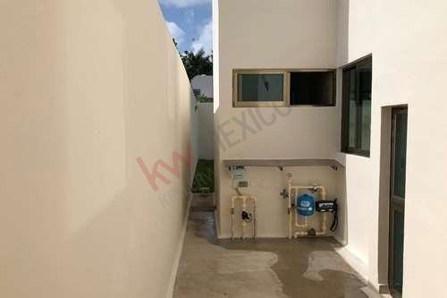 residencias con recamara abajo en privada temozón 39