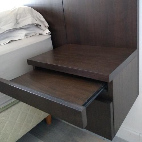 respaldo de cama con mesas de luz flotantes