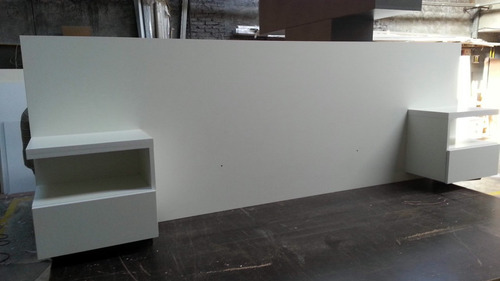 respaldo para sommier color blanco con mesas de luz flotante
