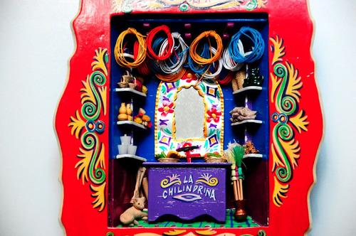 retablo con artesanias mexicanas en miniatura