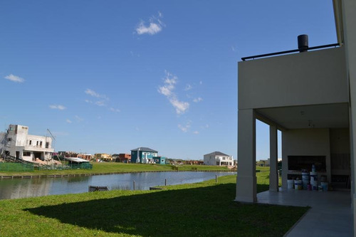retazada oportunidad  imperdible espectacular casa a la laguna puertos del lago