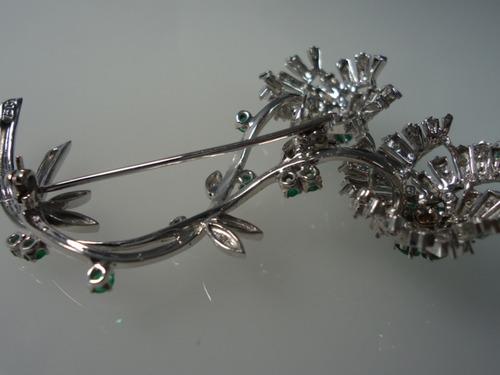 retro broche todo em ouro branco com diamantes e esmeraldas