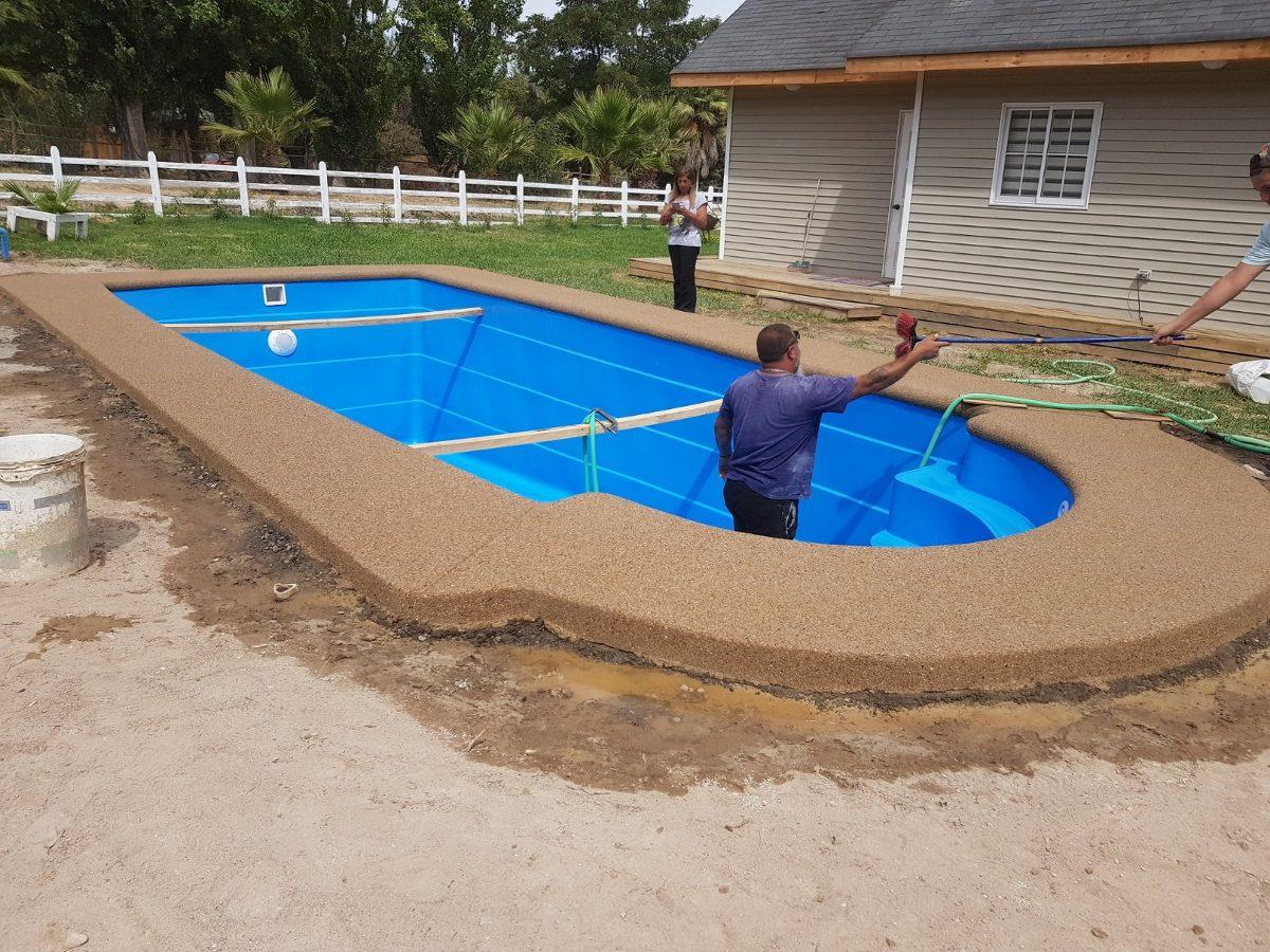 Revestimiento fulget y borde de hormig n piscinas de fibra for Bordes decorativos para piscinas