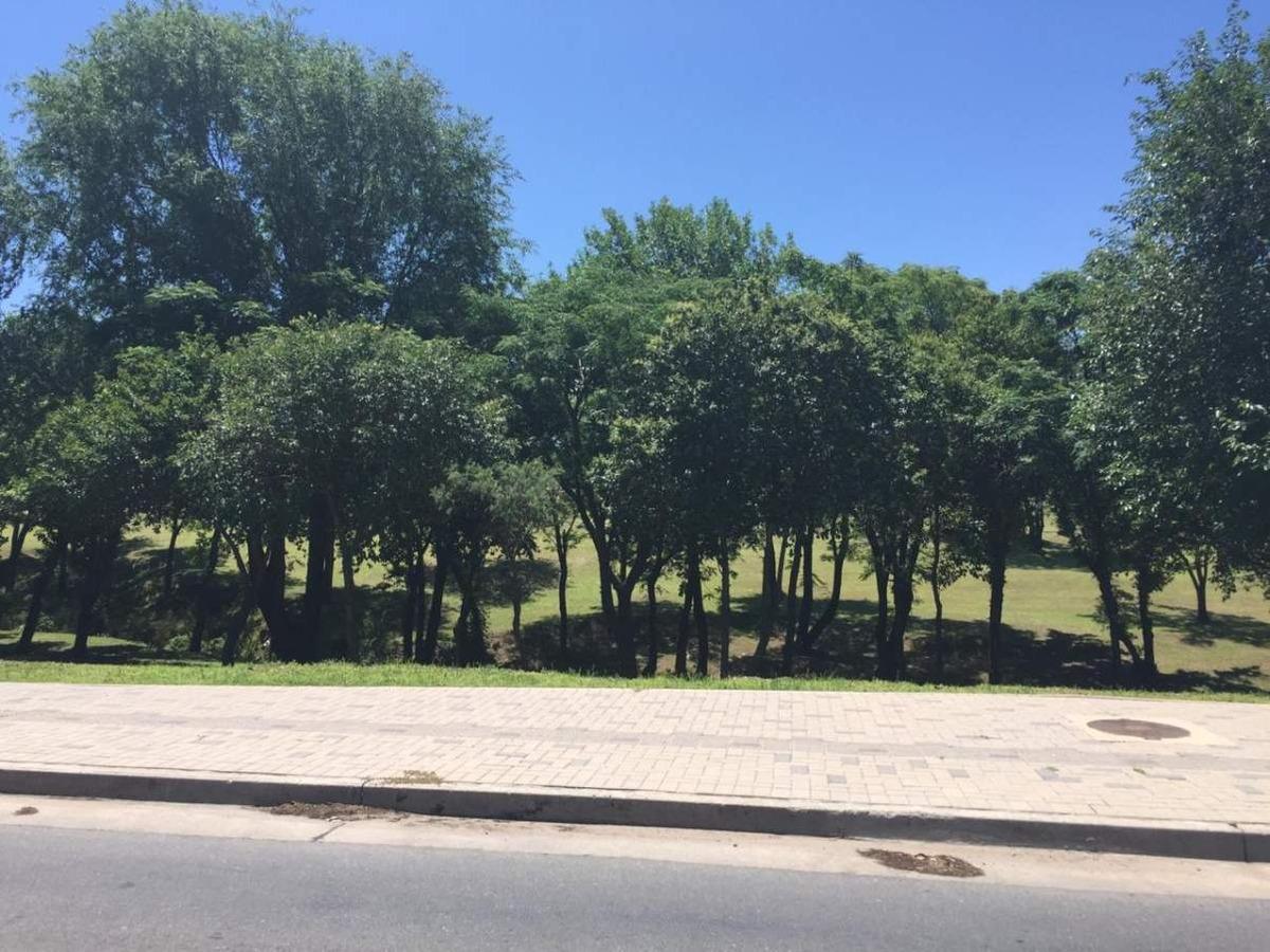 ribera de mantantiales frente a espacio verde