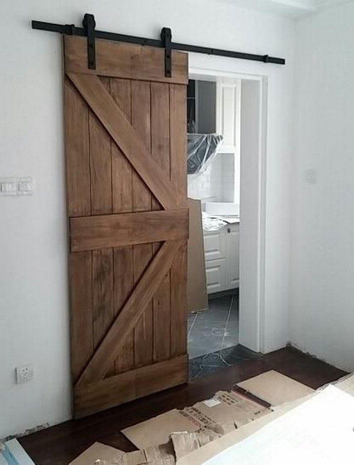 Riel corredizo de metal negro puerta madera estilo antiguo for Puertas de madera estilo antiguo