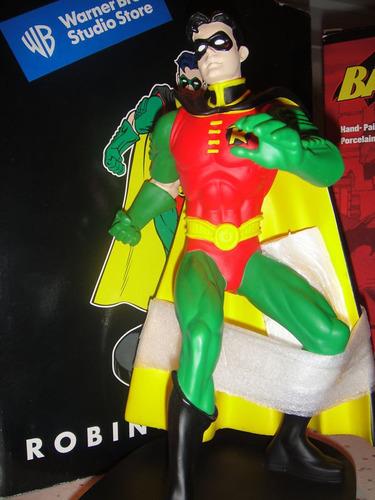 robin estatua warner bros