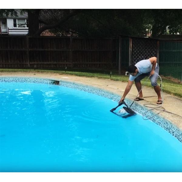 Robot piscinero limpia fondo piscinas tigershark for Limpia piscinas automatico