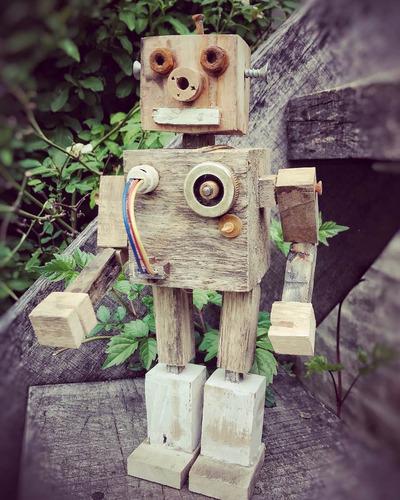robots de madera con objetos recuperados.