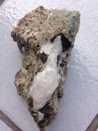 rocha com cristais perfeitos de vesuvianita