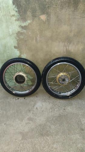 roda de moto honda 150 com pneus ,o traseiro e de strada !