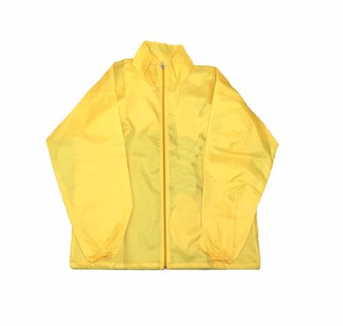 rompevientos amarillo con capucha y bolsillos