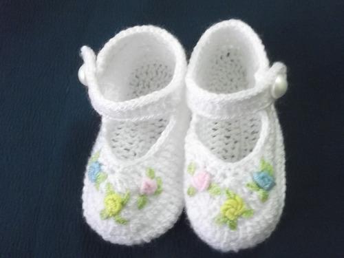 ropa bebe tejida a mano: zapatitos tejidos y bordados.