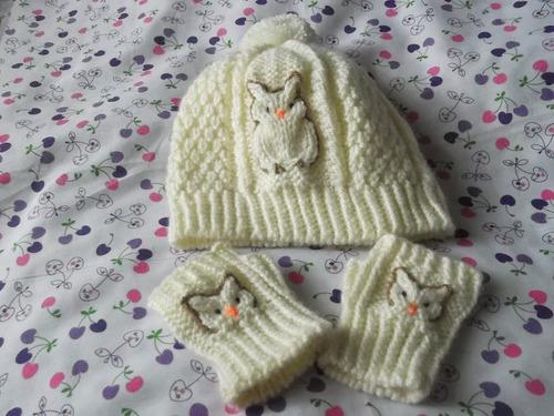 ropa de bebe, tejida a mano: gorritos y mitones en juego