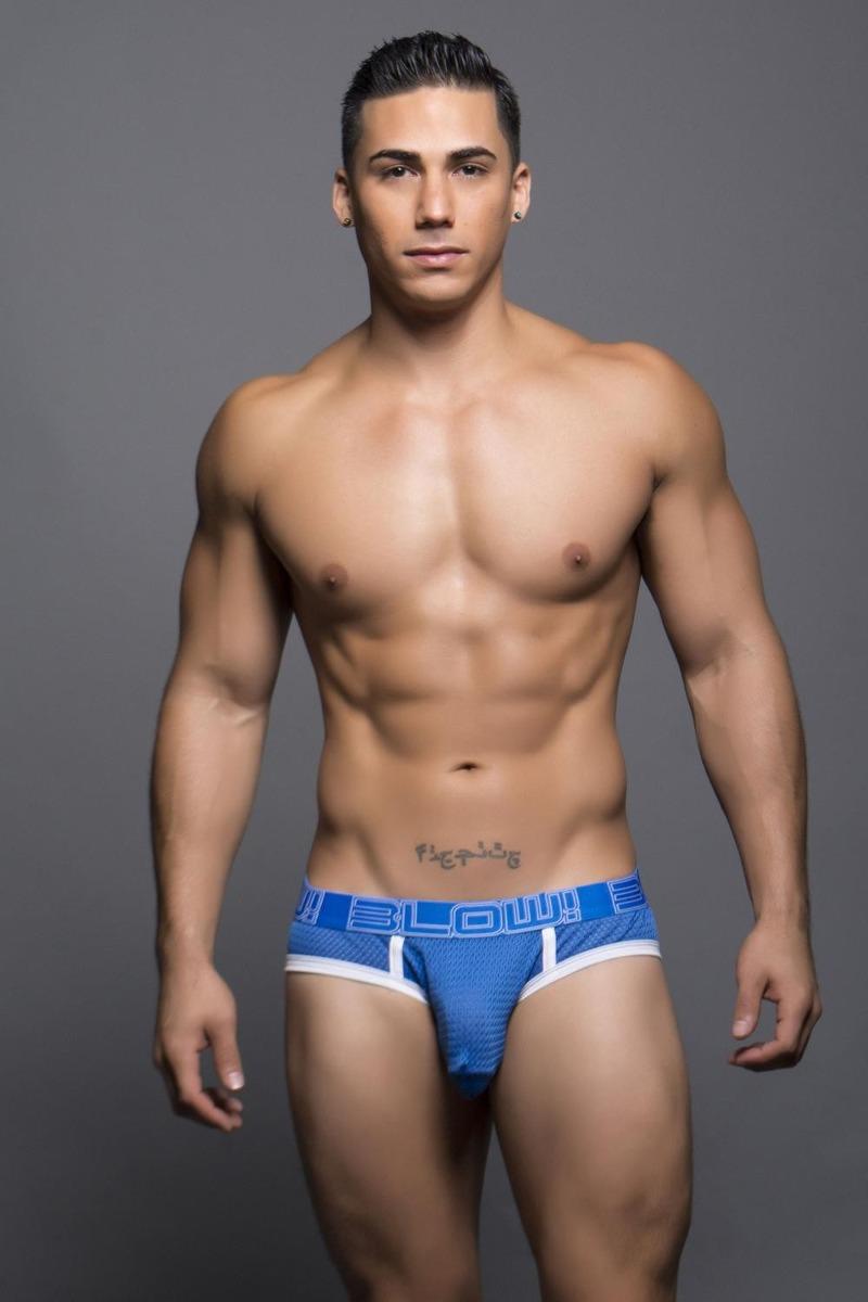 Hombres modelando ropa interior transparente