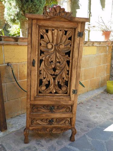ropero vintage tallado en madera  acabado barniz envejecido