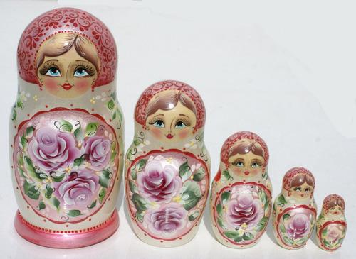 rosas flores en fono claro matrioska las munecas rusas 5pc