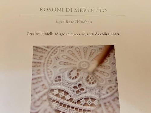 rosetón de encaje dorado del museo caprai en italia