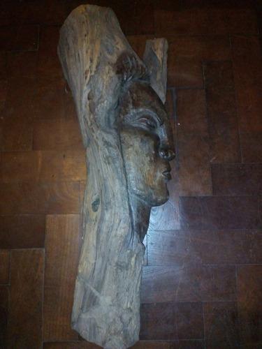 rostro cara tallada a mano en madera tronco