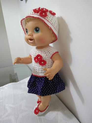roupa baby alive branca, vermelha e azul em crochê e pano