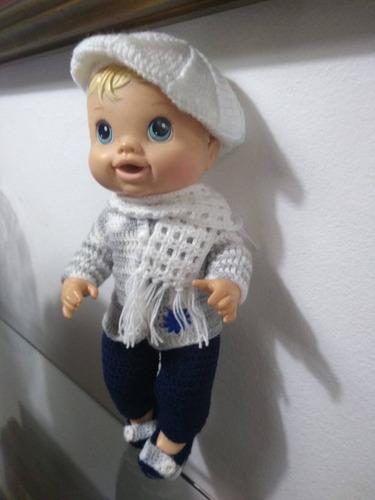 roupa baby alive em crochê branca e cinza com boina cachecol