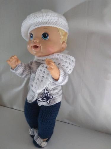 roupa baby alive em crochê cinza, branca e azul c cachecol