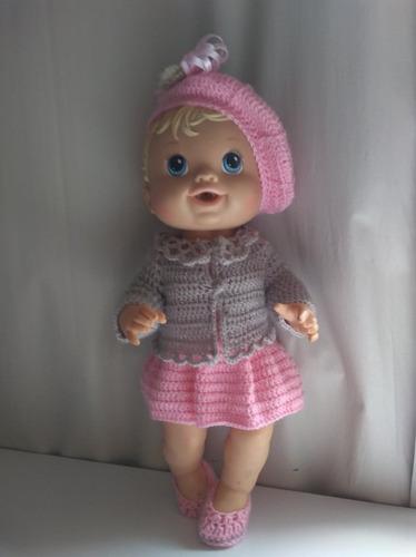 roupa baby alive em crochê cinza e rosa com casaco e boina