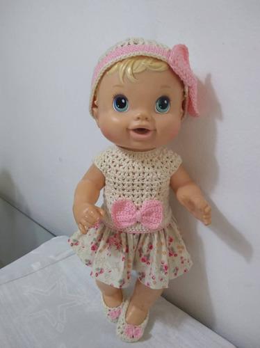 roupa baby alive em crochê e pano marfim e rosa com gorro