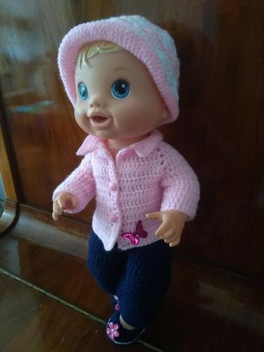 roupa baby alive em crochê rosa e azul com gorro e borboleta