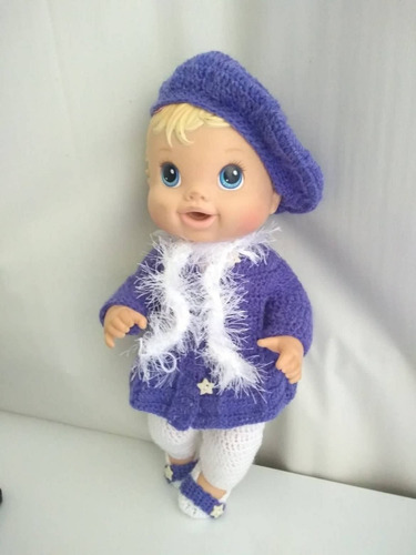 roupa baby alive em crochê roxa e branca com boina