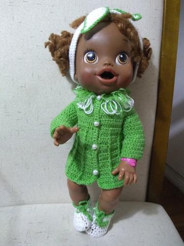 roupa baby alive em crochê verde e branca com tiara e laço