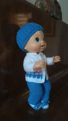 roupinha baby alive em crochê azul e branca com chapéu azul