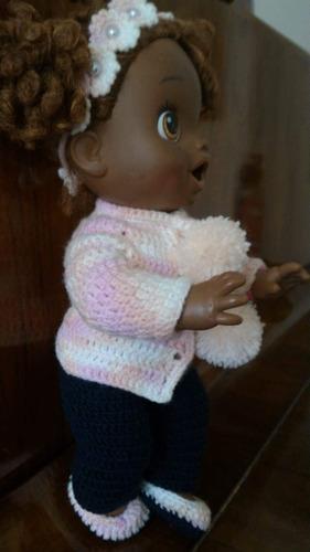 roupinha baby alive em crochê azul marinho, branca e pérolas