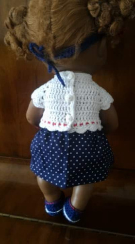 roupinha baby alive em crochê e pano azul com bolinhas