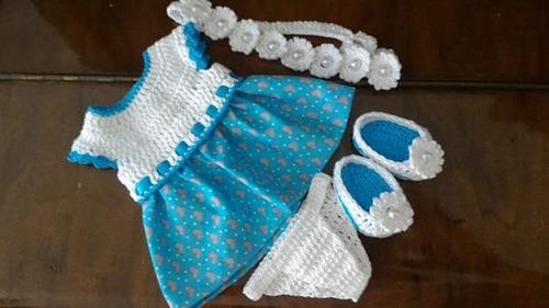 roupinha baby alive em crochê e pano azul e branca