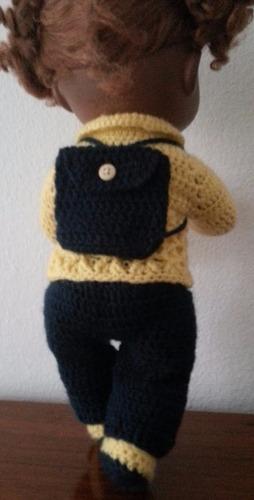 roupinha crochê amarela e azul marinho com mochila babyalive