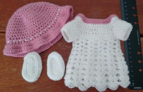 roupinha de crochet branca com detalhes rosa para baby alive